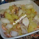 Lulas com batatas, camarão e molho de manteiga e alho