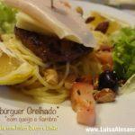Hambúrguer Grelhado com Queijo e Fiambre Acompanhado com Esparguete com Frutos Secos e Limão